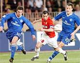 Hai hậu vệ của Chelsea cũng không thể cản bước Giuly.