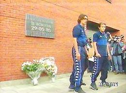 Paolo Maldini (trái) đặt hoa tưởng niệm trong thời gian diễn ra tại Euro 2000.