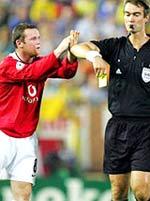 Rooney vỗ tay khiêu khích trọng tài.