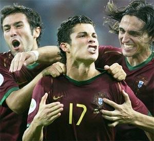 Cristiano Ronaldo (giữa) ăn mừng sau quả penalty quyết định. Ảnh: AP