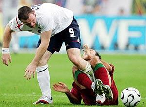 Tình huống Rooney phạm lỗi và nhận thẻ đỏ. Ảnh: BBC