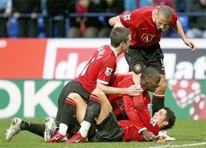 Các cầu thủ MU chúc mừng pha ghi bàn của Ronaldo. Ảnh: AP,