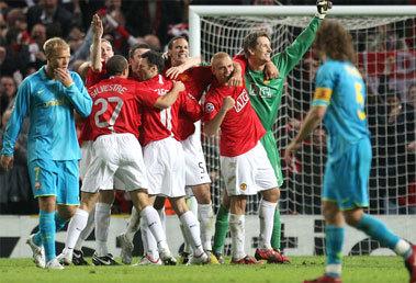 MU (áo đỏ) hân hoan vào chung kết, Barca (áo xanh) tê tái ra về trong nỗi buồn của kẻ chiến bại. Ảnh: Getty Images.