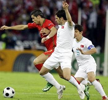 Trận thắng Thổ Nhĩ Kỳ đã làm thay đổi cái nhìn của giới chuyên môn cũng như các nhà cái về tiềm lực của Bồ Đào Nha tại Euro 2008. Ảnh: AP.