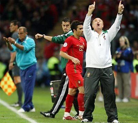 HLV Scolari (áo trắng) vui mừng khi các học trò vượt qua cửa ải đầu tiên tại Euro 2008. Ảnh: AP.