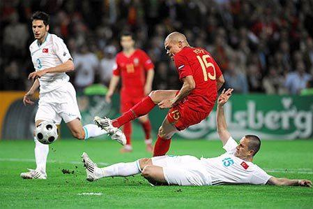 Bồ Đào Nha (áo bã trầu) đã khai thác triệt để khoảng trống mà Thổ Nhĩ Kỳ tạo ra để ghi 2 bàn thắng. Ảnh: AFP.
