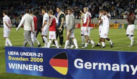 Các cầu thủ trẻ Anh buồn bã bước ngang qua bục chiến thắng ghi tên U21 Đức. Ảnh: Reuters.