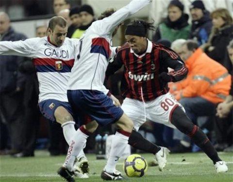 Trước Milan thăng hoa nhờ cảm xúc Ronaldinho, Genoa (áo trắng) chẳng giữ được hình ảnh một kẻ ngổ ngáo luôn gây khó chịu cho các ông lớn. Ảnh: AP.