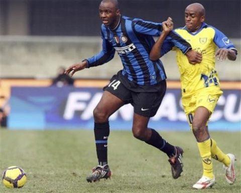 Vieira chỉ được ra sân trước Chievo nhờ Inter mất cùng lúc 4 tiền vệ trụ cột. Ảnh: AP.