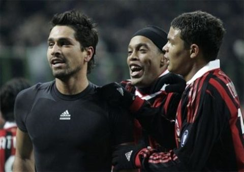 Ronaldinho chính là nhân vật trung tâm trong chiến thắng đầu tay của Milan trong năm 2010. Ảnh: AP.