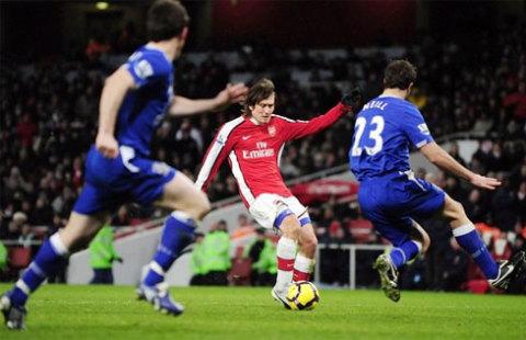 Rosicky mới trở lại và tỏa sáng đúng lúc để giúp Arsenal không bẽ mặt trên sân nhà. Ảnh: Reuters.