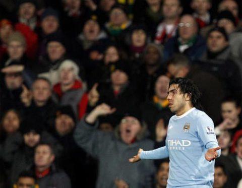 Như cánh én nhỏ, mình Tevez không thể đem lại niềm vui trọn vẹn cho Man City. Ảnh: Reuters.