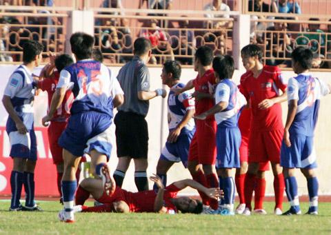 Tình huống dẫn đến thẻ đỏ của cho cầu thủ Văn Trương và Agostinho.