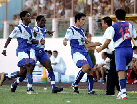 Niềm vui của tiền đạo Agostinho khi khi bàn mở tỷ số trong trận thắng đậm đội bóng cũ 4-2. Ảnh: An Nhơn.