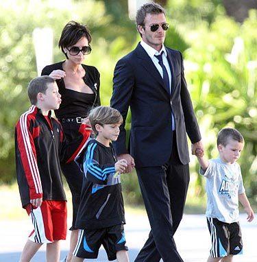 Victoria, với kinh nghiệm xử lý vụ ngoại tình của Beckham năm 2004, luôn được các thành viên khác trong nhóm vợ và bạn gái cầu thủ Anh tin tưởng xin ý kiến. Ảnh: Sun.