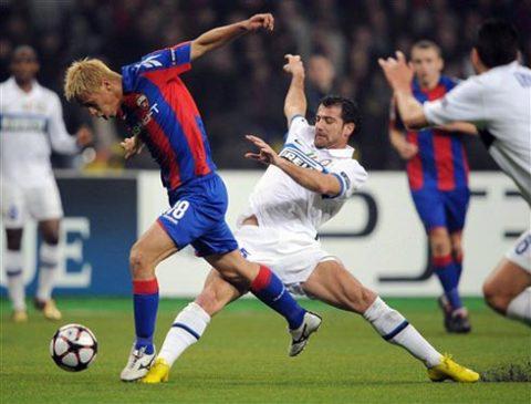 CSKA Moscow (áo đỏ xanh) thiếu một thủ lĩnh đủ khả năng dẫn dắt cả đội qua khó khăn. Ảnh: AFP.