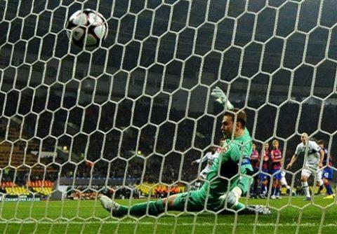 Akinfeev đã bắt xuất sắc, nhưng vẫn bất lực trước cú sút phạt của Sneijder. Ảnh: AFP.