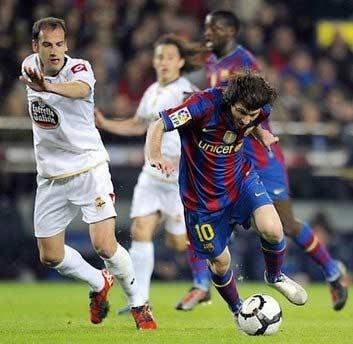 Messi (bên phải) bị hậu vệ Deportivo bám sát.