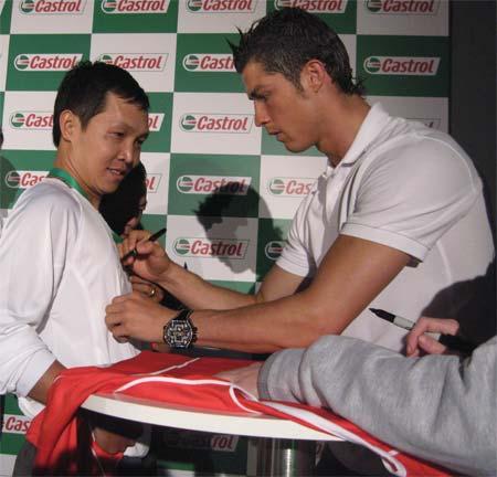 Ronaldo ký tặng cổ động viên Anh Tú. Ảnh: Trần Nam.