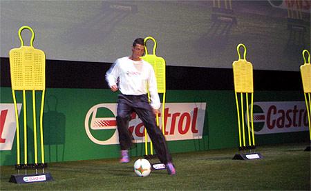 Ronaldo trổ tài rê dắt bóng. Ảnh: Trần Nam.
