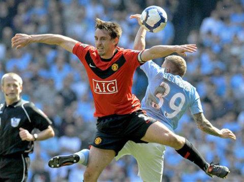 Trọng tài Martin Atkinson lẽ ra không bắt trận derby giữa Man City với MU hôm qua. Ảnh: AFP.