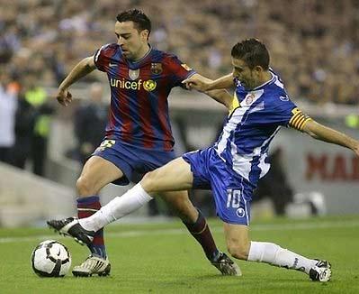 Phong độ của đội chủ sân El Prat (áo sọc trắng xanh) làm giải vô địch Tây Ban Nha thêm căng thẳng.