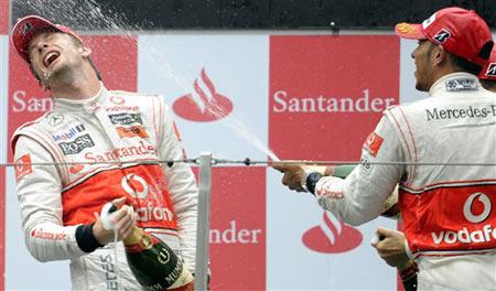 Button và Hamilton mừng chiến thắng một hai. Ảnh: AFP.