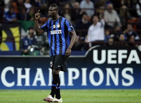 Những hành động không đẹp và sự cố liên quan tới Balotelli là hạt sạn trong một đêm hoàn hảo của Inter ở Champions League. Ảnh: AFP.