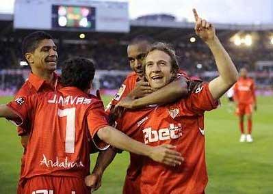 Sevilla chia vui với CĐV trong trận đấu với Racing ở vòng 36.