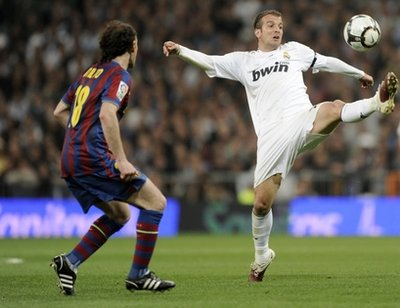 Van der Vaart trong trận siêu kinh điển đầu tháng 4 (Real 0-2 Barca).