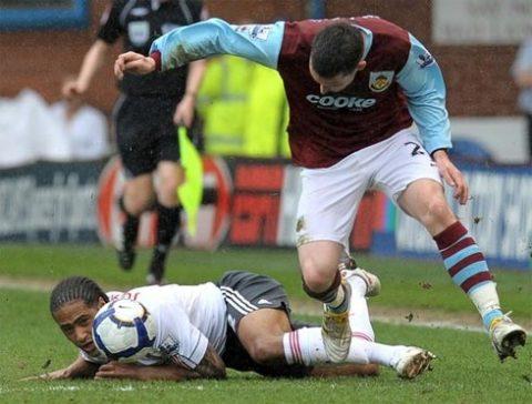 Glen Johnson (áo trắng) - hậu vệ phải duy nhất được Capello triệu tập - vừa trải qua một mùa giải tồi tệ cùng Liverpool. Ảnh: AFP.