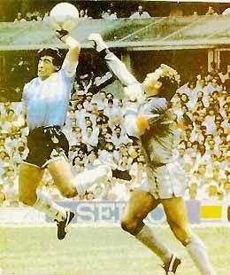 Maradona dùng tay ghi bàn vào lưới đội tuyển Anh.