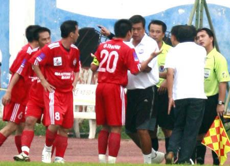Quang Thanh và các cầu thủ Bình Dương phản đối trọng tài cuối tuần qua. Ảnh: An Nhơn.