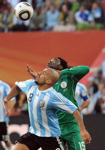 Sự vắng mặt của Veron (áo trắng xanh) là bài toán khó, thử thách Maradona. Ảnh: AFP.