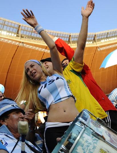 Chiến thắng đậm của Argentina làm nức lòng các CĐV theo chân họ sang Nam Phi. Ảnh: AFP.