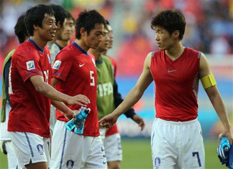 Park Ji-sung và đồng đội sẽ phải cố gắng hơn rất nhiều nếu muốn tiếp tục gây bất ngờ trước Argentina. Ảnh: AFP.