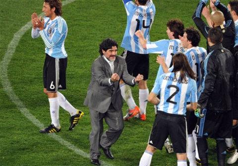 Maradona bắt đầu cho thấy dấu ấn tích cực trong trận ra quân thắng Nigeria. Ảnh: AFP.
