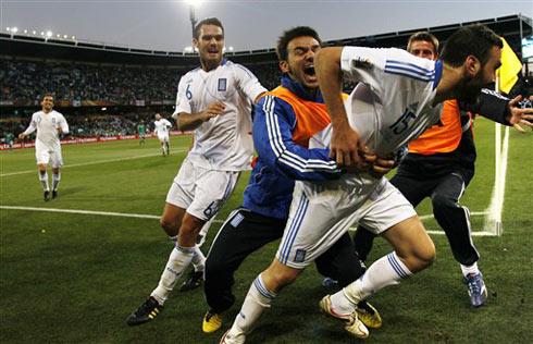 Torosidis mang lại niềm vui và hy vọng cho Hy Lạp ở cuối trận. Ảnh: AFP.