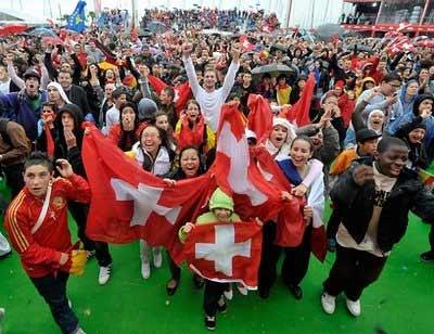CĐV hân hoan tại Lausanne, Thụy Sĩ.