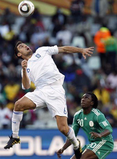 Hy Lạp (áo trắng) khó có cơ hội giành điểm trước Argentina. Ảnh: AFP.