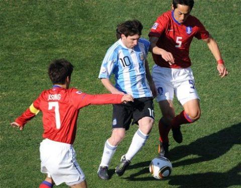 Bàn thắng là thứ duy nhất còn thiếu để những màn trình diễn của Messi ở hai trận đầu trở nên hoàn hảo. Ảnh: AFP.