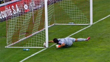 Bóng qua vạch vôi song bàn thắng không được công nhận.