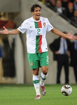Alves trong màu áo đội tuyển Bồ Đào Nha.