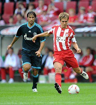 Sự trở lại của những trụ cột như Lahm (phải) giúp Bayern lấy lại sức mạnh khi tái đấu Schalke của Raul. Ảnh: FCB.