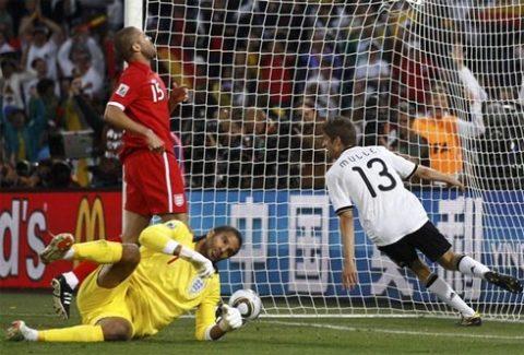 Những gương mặt dự World Cup gây thất vọng như James (áo vàng), Upson (áo đỏ) đều bị Capello loại khỏi tuyển Anh. Ảnh: AFP.