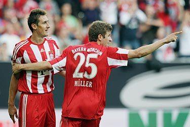 Cặp Klose - Mueller tiếp tục chứng tỏ sự ăn ý và duyên làm bàn như khi họ cùng tuyển Đức đoạt HC đồng World Cup 2010. Ảnh: FCB.