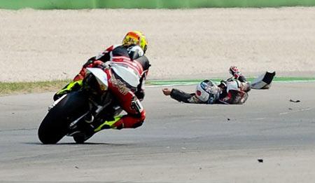 Shoya Tomizawa bất tỉnh trên đường đua. Ảnh: AFP.