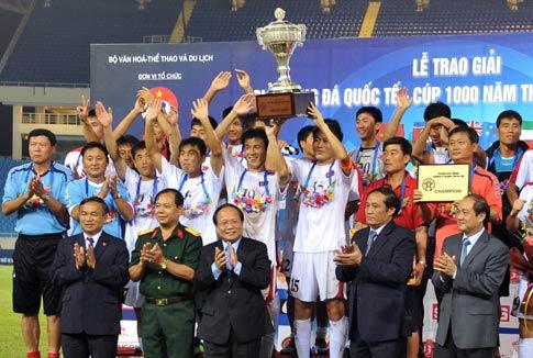 Đội Bắc Triều Tiên đón Cup. Ảnh: Hoàng Hà.