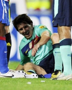 Messi đau đớn sau pha va chạm với Ujfalusi hôm chủ nhật tuần trước.