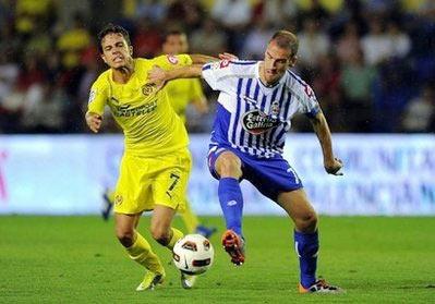 Tiền đạo Nilmar (bên trái) tranh bóng với Lopo của Deportivo.